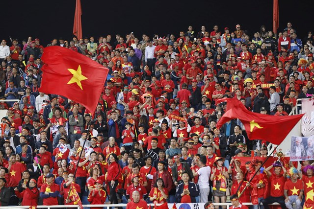 [ẢNH] Khán giả 'nhuộm đỏ' sân vận động Mỹ Đình - 6