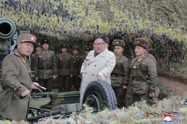 [ẢNH] Nữ quân nhân Triều Tiên òa khóc khi gặp ông Kim Jong-un