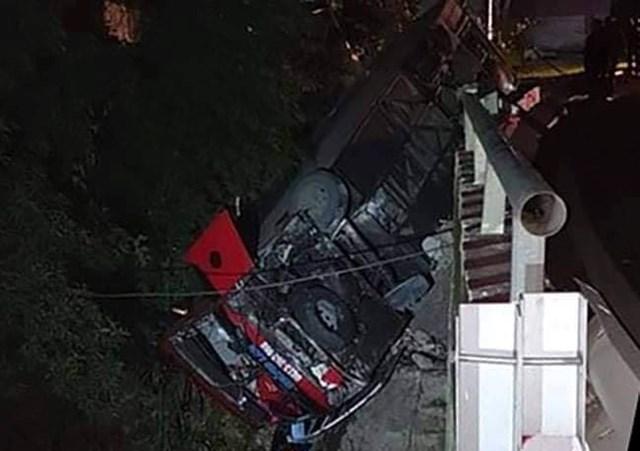 Sau va chạm, tài xế xe khách bị hành hung, đập điện thoại