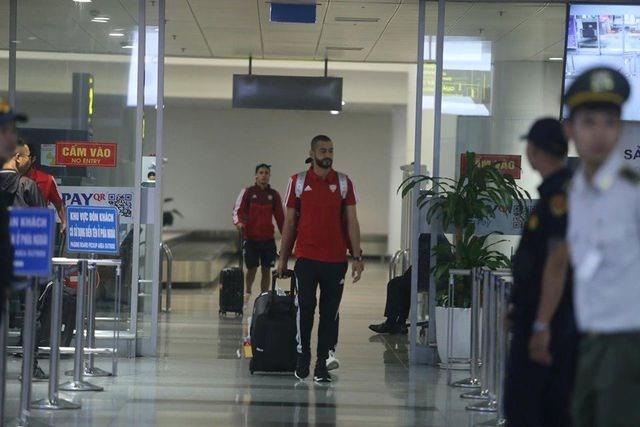 Đội tuyển UAE có mặt tại Hà Nội lúc nửa đêm, nhiều cầu thủ ngái ngủ - 2