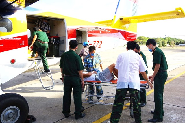 Máy bay Phi đội 2 cấp cứu bệnh nhân nặng từ Trường Sa về đất liền