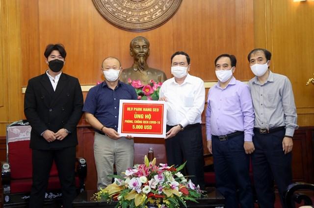 HLV Park Hang Seo ủng hộ phòng, chống dịch Covid-19 - 2