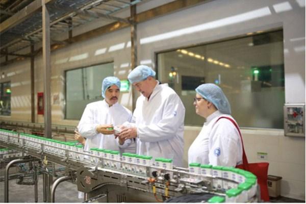 Thăm Vinamilk, Thứ trưởng Bộ Nông nghiệp Mỹ đánh giá cao trước sự phát triển của ngành sữa Việt Nam - 1