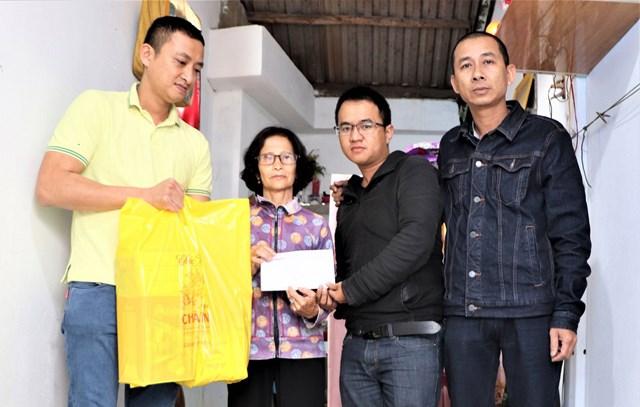Văn phòng Báo Đại Đoàn Kết tại Quảng Nam trao tiền bạn đọc hỗ trợ cụ bà 67 tuổi