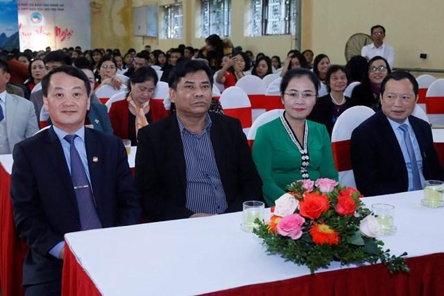 Phó Chủ tịch - Tổng Thư ký Hầu A Lềnh trao quà cho học sinh dân tộc nội trú tại Nghệ An - 2