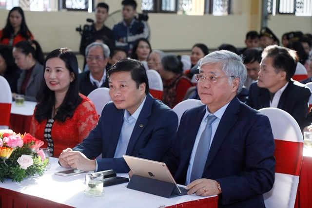 Phó Chủ tịch - Tổng Thư ký Hầu A Lềnh trao quà cho học sinh dân tộc nội trú tại Nghệ An - 3