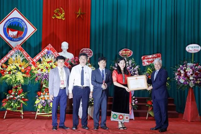 Phó Chủ tịch - Tổng Thư ký Hầu A Lềnh trao quà cho học sinh dân tộc nội trú tại Nghệ An - 5