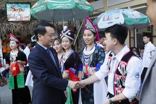 Phó Chủ tịch - Tổng Thư ký Hầu A Lềnh trao quà cho học sinh dân tộc nội trú tại Nghệ An - 7