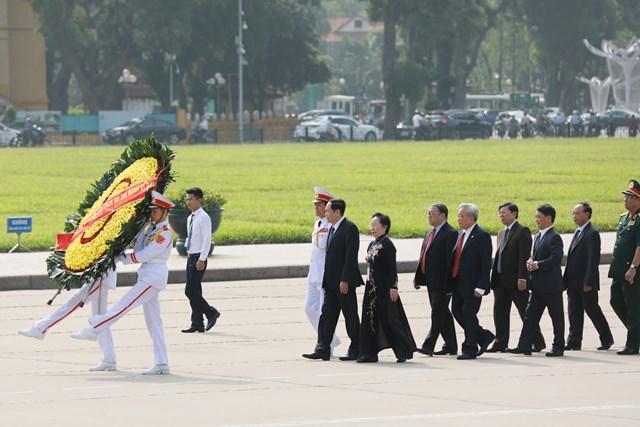 Đại biểu dự Đại hội đại biểu toàn quốc MTTQ Việt Nam viếng Chủ tịch Hồ Chí Minh - 1