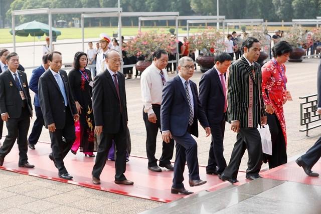 Đại biểu dự Đại hội đại biểu toàn quốc MTTQ Việt Nam viếng Chủ tịch Hồ Chí Minh - 4