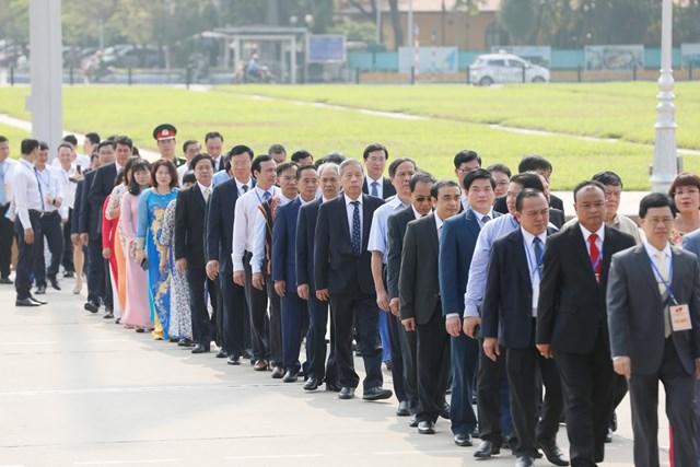 Đại biểu dự Đại hội đại biểu toàn quốc MTTQ Việt Nam viếng Chủ tịch Hồ Chí Minh - 6