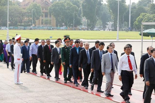 Đại biểu dự Đại hội đại biểu toàn quốc MTTQ Việt Nam viếng Chủ tịch Hồ Chí Minh - 7
