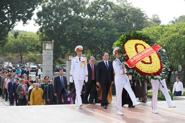 Đại biểu dự Đại hội đại biểu toàn quốc MTTQ Việt Nam viếng Chủ tịch Hồ Chí Minh - 2