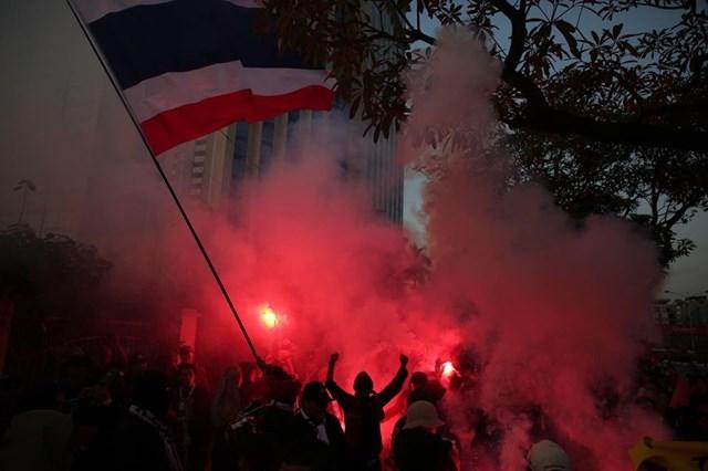 [ẢNH] Cổ động viên quá khích Thái Lan đốt pháo sáng trước giờ G - 9