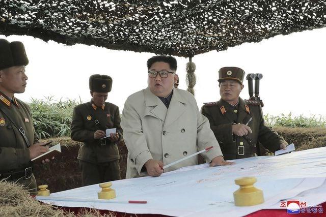 [ẢNH] Nữ quân nhân Triều Tiên òa khóc khi gặp ông Kim Jong-un - 1