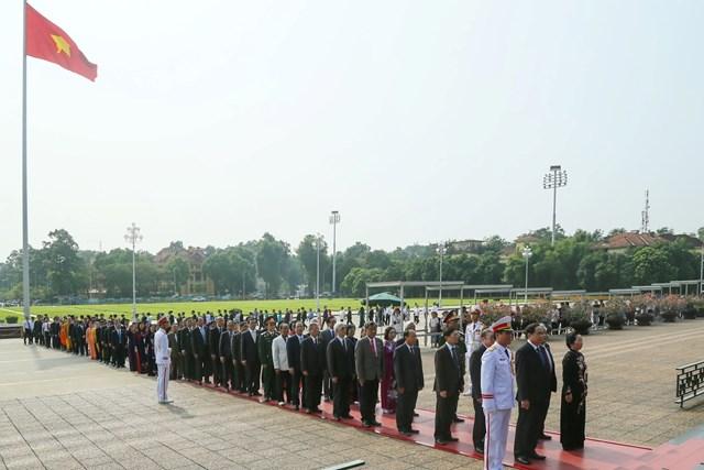 Đại biểu dự Đại hội đại biểu toàn quốc MTTQ Việt Nam viếng Chủ tịch Hồ Chí Minh - 9