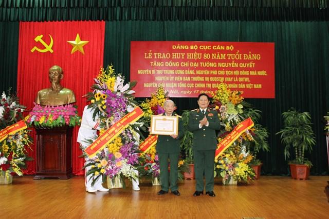 Trao Huy hiệu 80 năm tuổi Đảng tặng Đại tướng Nguyễn Quyết