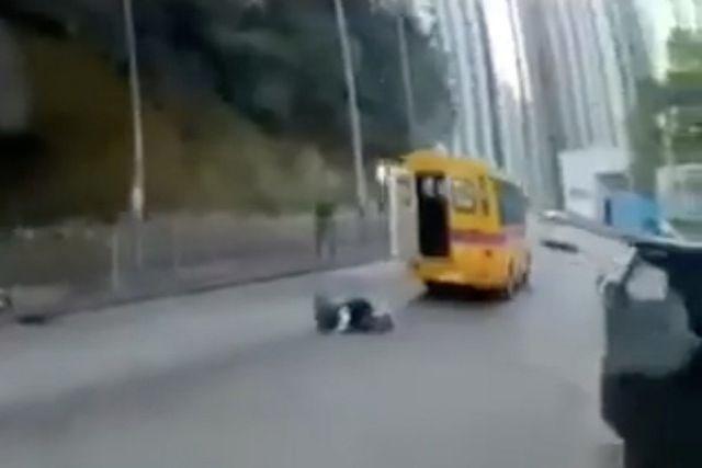 Hong Kong rúng động vụ học sinh văng khỏi xe buýt đang chạy