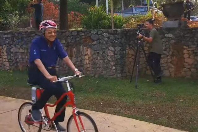 Thủ tướng Malaysia 94 tuổi gây 'bão' mạng vì đạp xe 11 km