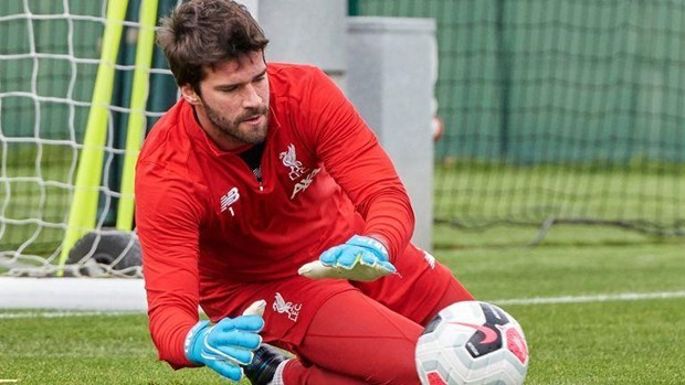 Alisson tập luyện trở lại, chuẩn bị quyết chiến Manchester United