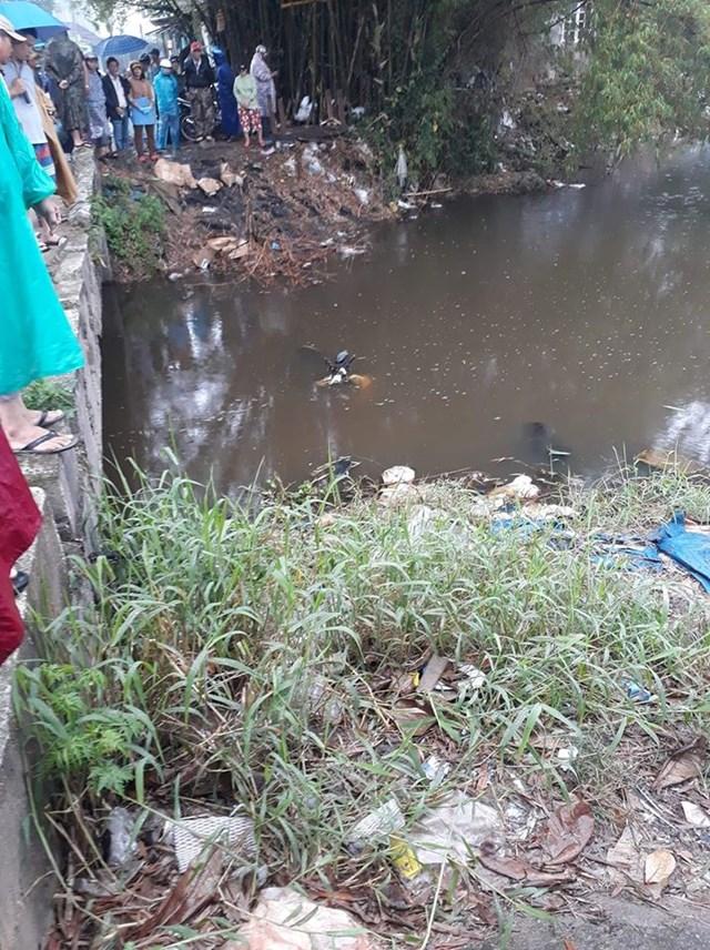 Phát hiện thi thể người đàn ông nằm dưới cống nước