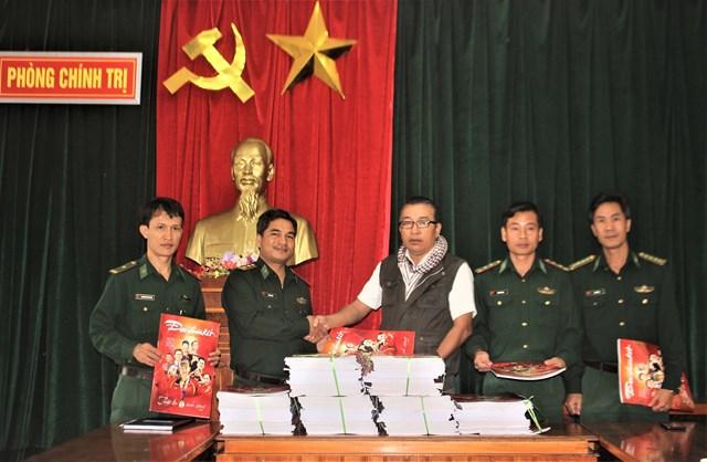 Tặng báo Xuân Đại Đoàn Kết cho Bộ đội Biên phòng tỉnh Quảng Nam