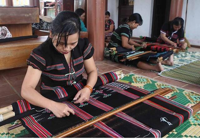 Dệt Zèng giúp người dân thoát nghèo