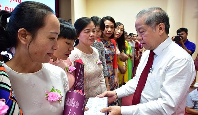 Chủ tịch UBND Thừa Thiên - Huế gặp gỡ nữ công nhân vệ sinh môi trường