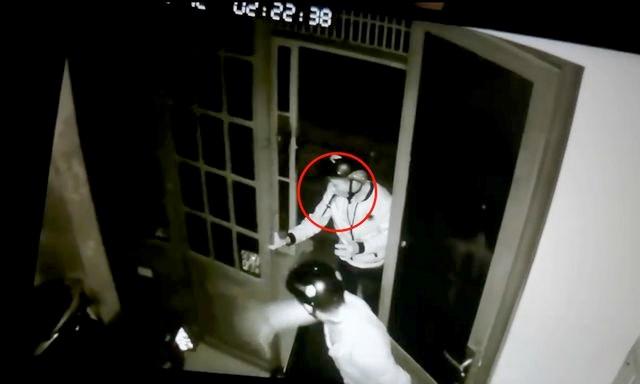 Băng trộm ngậm dao bấm trên miệng đột nhập nhà dân lấy 2 xe máy - 1