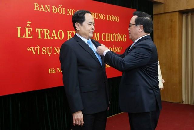 BẢN TIN MẶT TRẬN: Chủ tịch Trần Thanh Mẫn nhận Kỷ niệm chương 'Vì sự nghiệp đối ngoại Đảng'