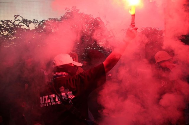 [ẢNH] Cổ động viên quá khích Thái Lan đốt pháo sáng trước giờ G - 4