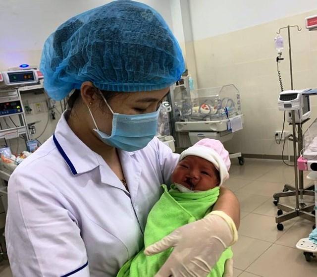 Một cháu bé vừa chào đời mắc dị tật bị mẹ bỏ rơi ở bệnh viện