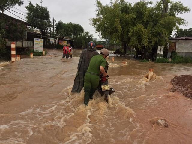 Đắk Lắk: Mưa lớn kéo dài nhiều địa phương bị chia cắt - 1