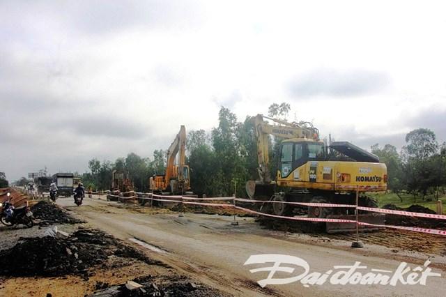 Quảng Nam: Khẩn cấp khắc phục sự cố đường dẫn vào cầu 3.500 tỷ đồng - 2