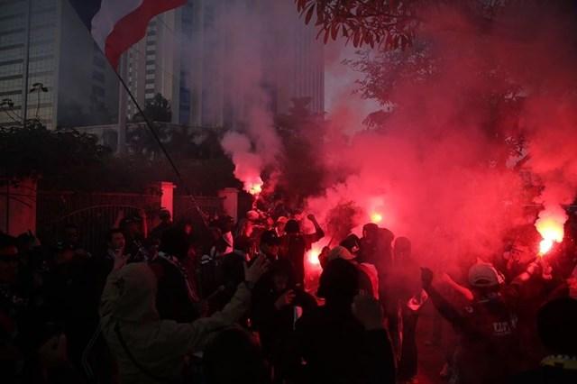 [ẢNH] Cổ động viên quá khích Thái Lan đốt pháo sáng trước giờ G - 3