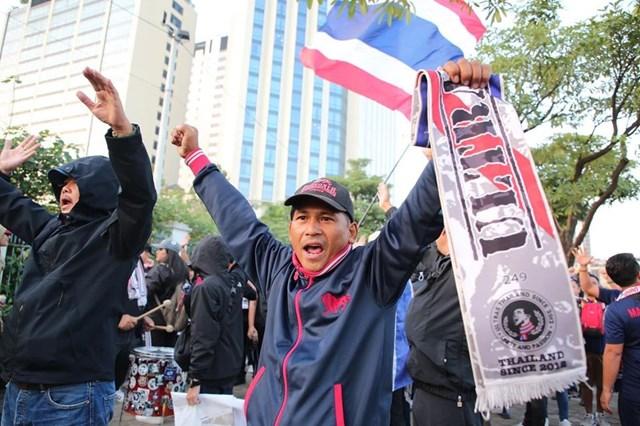 [ẢNH] Cổ động viên quá khích Thái Lan đốt pháo sáng trước giờ G - 12