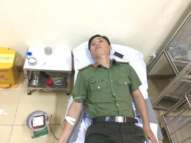 Cán bộ công an vượt 60 km đến bệnh viện hiến máu cứu người - 1
