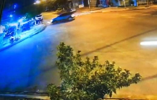 Xe Mercedes lao vào quán nhậu, lái xe bị phạt 17 triệu đồng
