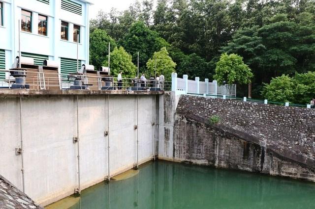 Hòa Bình: Truy tìm thủ phạm đổ trộm dầu thải gây ra sự cố nước sạch sông Đà