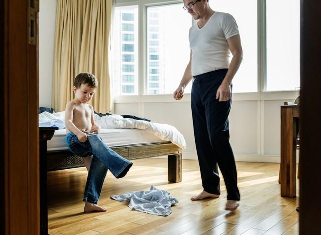 Đừng coi thường việc nhỏ như dạy con tự mặc quần áo