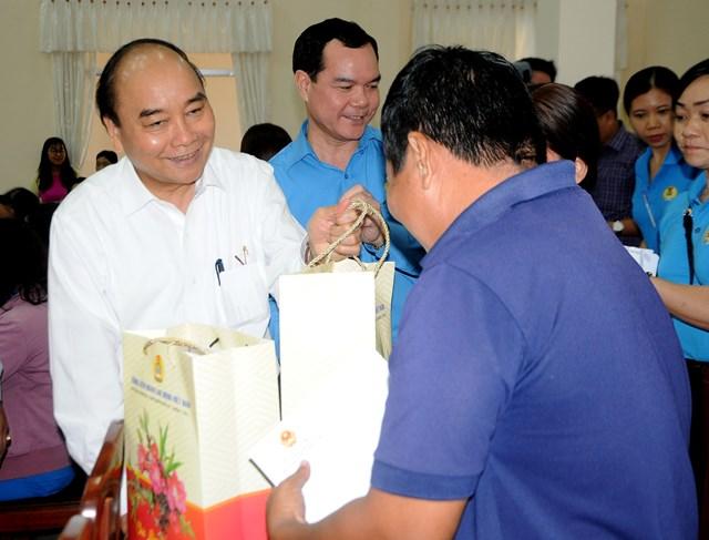Thủ tướng Nguyễn Xuân Phúc tặng quà Tết gia đình chính sách, hộ nghèo, công nhân tại Cần Thơ - 3