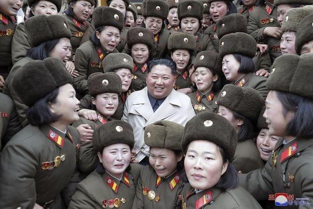 [ẢNH] Nữ quân nhân Triều Tiên òa khóc khi gặp ông Kim Jong-un - 3