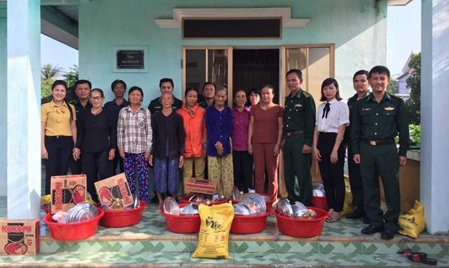 Đồn Biên phòng Nhật Lệ tặng quà cho người dân có hoàn cảnh khó khăn