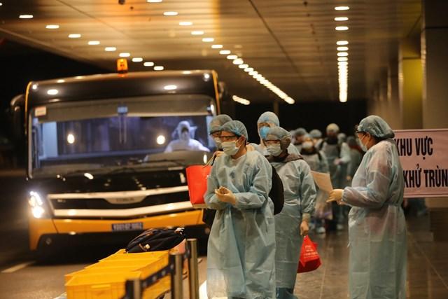 Sáng nay, 30 công dân Việt Nam từ Vũ Hán đã về đến sân bay Vân Đồn