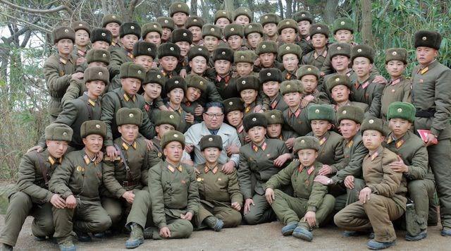 [ẢNH] Nữ quân nhân Triều Tiên òa khóc khi gặp ông Kim Jong-un - 2