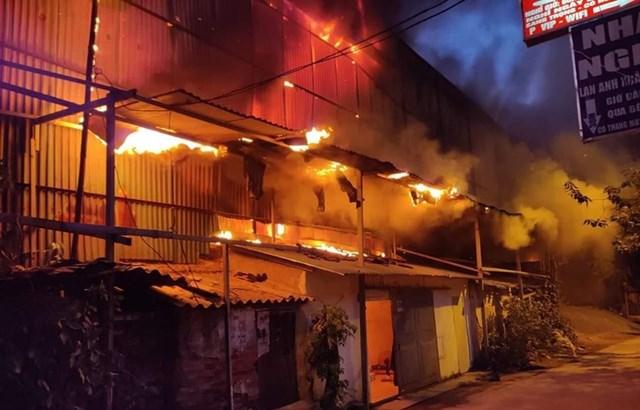 Cháy kho Công ty Rạng Đông: Di chuyển hơn 200 người dân trong đêm - 3