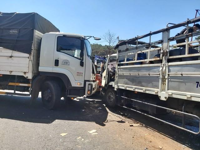 Xe tải tông xe đầu kéo đang lật bên đường khiến Quốc lộ 14 ách tắc hàng km