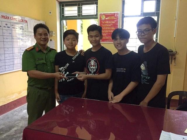 Thừa Thiên – Huế: Nhặt được tài sản giá trị, nhóm học sinh trả lại người đánh rơi