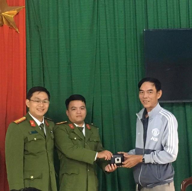 Thừa Thiên – Huế: Nhặt được tài sản hai cảnh sát khu vực trả lại cho người mất