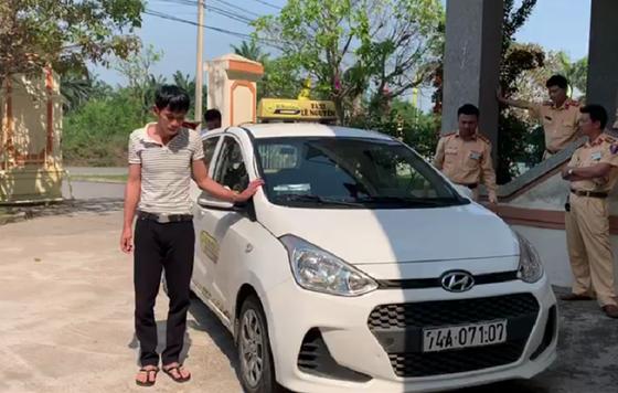 Quảng Trị: Phạt tài xế taxi không bằng lái, dương tính với ma túy hơn 50 triệu đồng